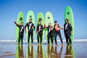 groupe d'adultes apprenant le surf avec l'école Soonline
