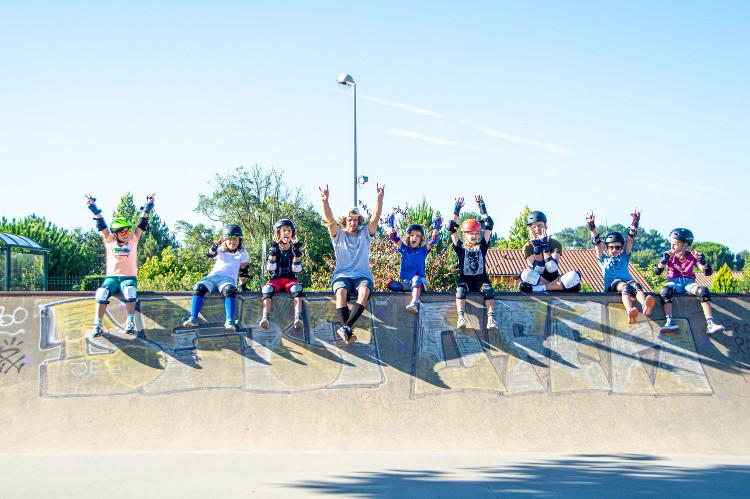 groupe d'enfants au skatepark