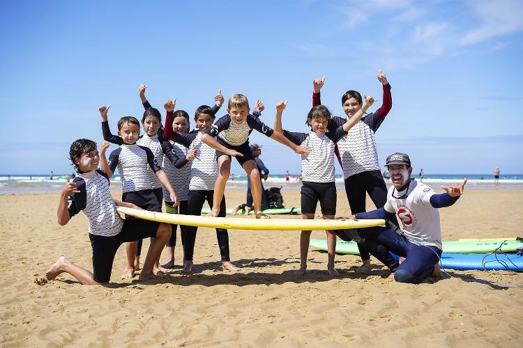 groupe d'enfants apprenant à faire du surf avec l'école Soonline