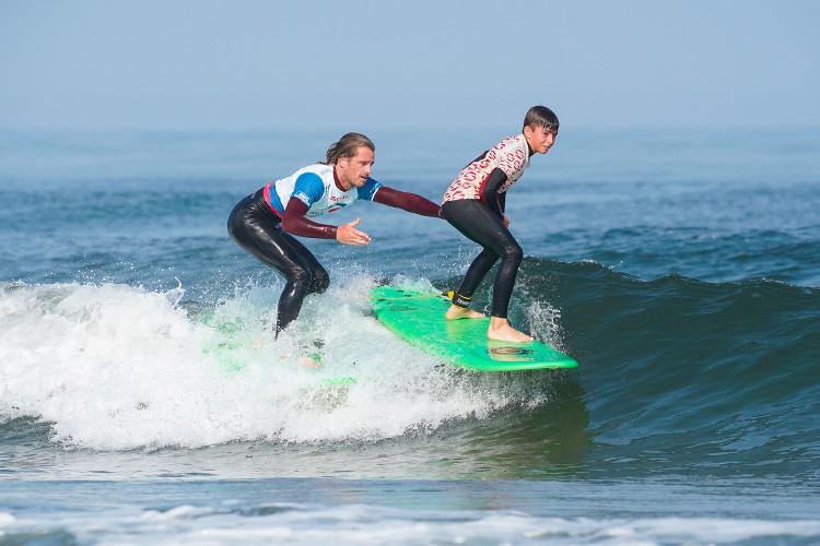 enfant apprenant à faire du surf à l'école Soonline