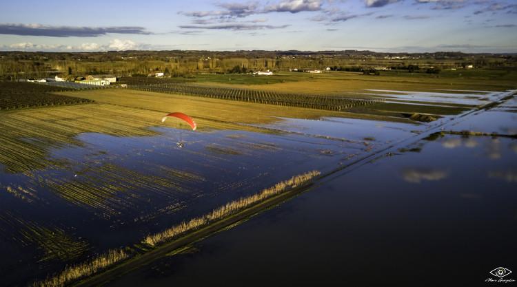 Vol en paramoteur au dessus de paysages inondés