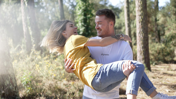 Couple dans la forêt portant des tee-shirts Pignada