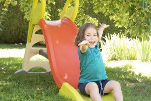Enfant faisant du toboggan