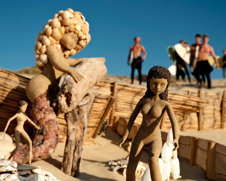 Vue de plusieurs sculptures sur la plage de Vieux-Boucau